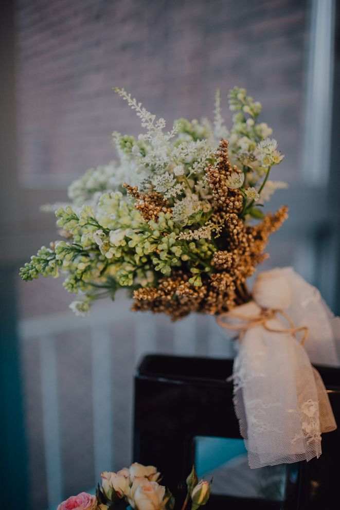 Precioso ramo de novia silvestre de Masshiro para #HolaPrimavera de Something Old {Foto, Raquel Benito} #ramodenovia #bridalbouquet