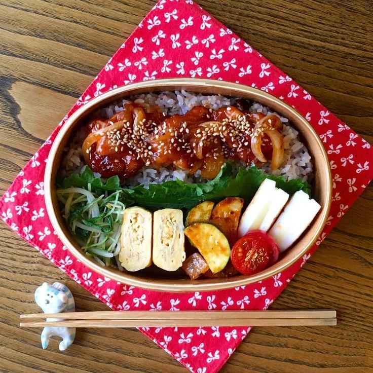 コチュジャンチキンのっけ弁当 . 雑穀米 コチュジャンチキン もやしと水菜の中華炒め 甘いたまご焼き ズッキーニ、ウィンナー、玉ねぎのケチャップ炒め はんぺんのチーズはさみ焼き . #お弁当#曲げわっぱ#旦那弁当#お昼ごはん #cook#eat#japan#bento#lunch#lunchbox #日本#和風#わっぱ#弁当#ランチ#のっけ弁#丼