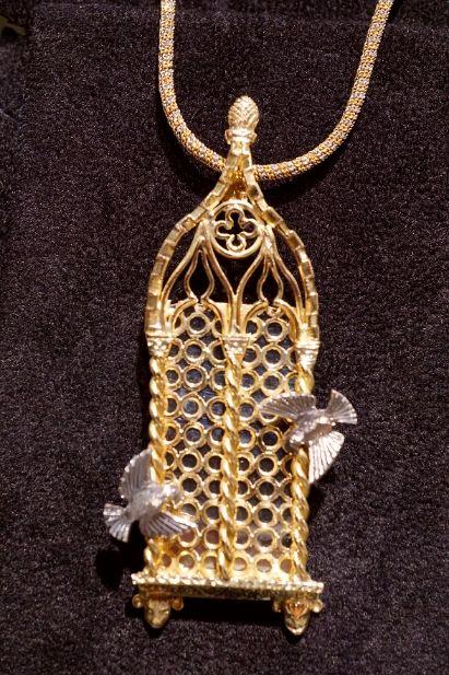 Finestra veneziana in oro giallo, colombi sul davanzale. pendente con collana bicolore in oro 18 kt.