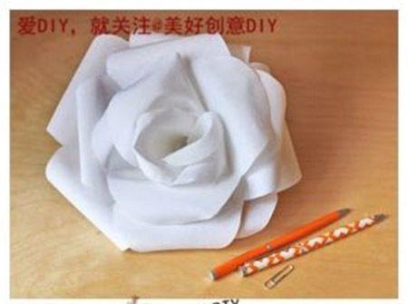 8-1 Гигантский цветок, подойдет для украшения большого зала, группы в детском саду или классной комнаты в школе. Лепестки изготавливаем с помощью двух тарелок. Они послужат нам формами. Большая тарелка – это диаметр цветка, маленькая – ширина лепестков. Вырезаем 3 такие формы. Одну форму вырезаем по лепестку, вторую по два, третью – только надрезаем одну сторону. Каждый вырезанный листок сворачиваем, для натуральности. Склеиваем лепестки от большей части к меньшей. Внизу приклеиваем…