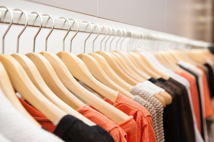 Qual o cabide certo para cada tipo de roupa (plástico, arame, tecido, acrílico, madeira e muito mais). Confirma no blog!