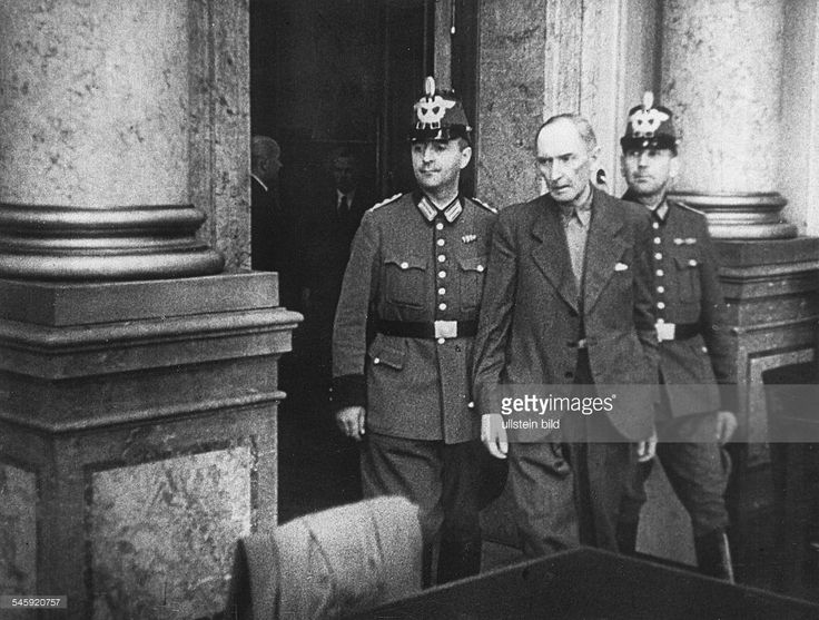 Policemen bring in Erwin von Witzleben to the trial of the July 20 Plot conspiartors at the People's court (Elssholzstraße, Berlin)- August, 07./08. 1944