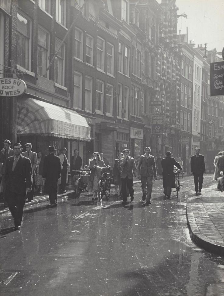 1949-1953. View on the Nieuwendijk in Amsterdam. De Nieuwendijk is een moderne winkelstraat that vrijwel evenwijdig loopt aan het Damrak en de Nieuwezijds Voorburgwal in de richting van het Centraal Station. De straat verbindt de Amsterdamse Dam met de Haarlemmerstraat. Photo Kees Scherer. #amsterdam #1949 #Nieuwendijk