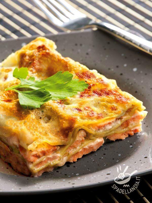 Quando la pasta al forno si sposa con la leggerezza e la genuinità, si ottengono le Lasagne con salmone e robiola. Buonissime e molto appetitose!