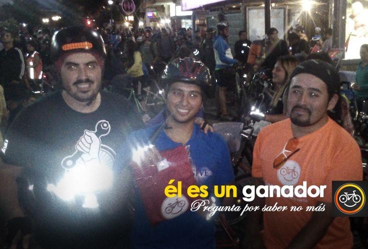 En la Cicletada Del Primer Martes de Marzo, hicimos entrega de una polera Happyciclista a Daniel Ignacio Aros Ramírez, uno de los ganadores de la PREGUNTA POR SABER NO MÁS, del domingo pasado. Hooop!  Be Happy!