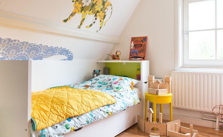 Van peuterparadijs naar grote kinderkamer   IKEA IKEAnl IKEAnederland inspiratie wooninspiratie interieur wooninterieur slaapkamer kind kinderen kids vrolijk kleuren bed wit spelen FLAXA bedframe hoofdeinde opberger opbergen speelgoed opruimen STOCKHOLM nachtkastje kamer speelkamer