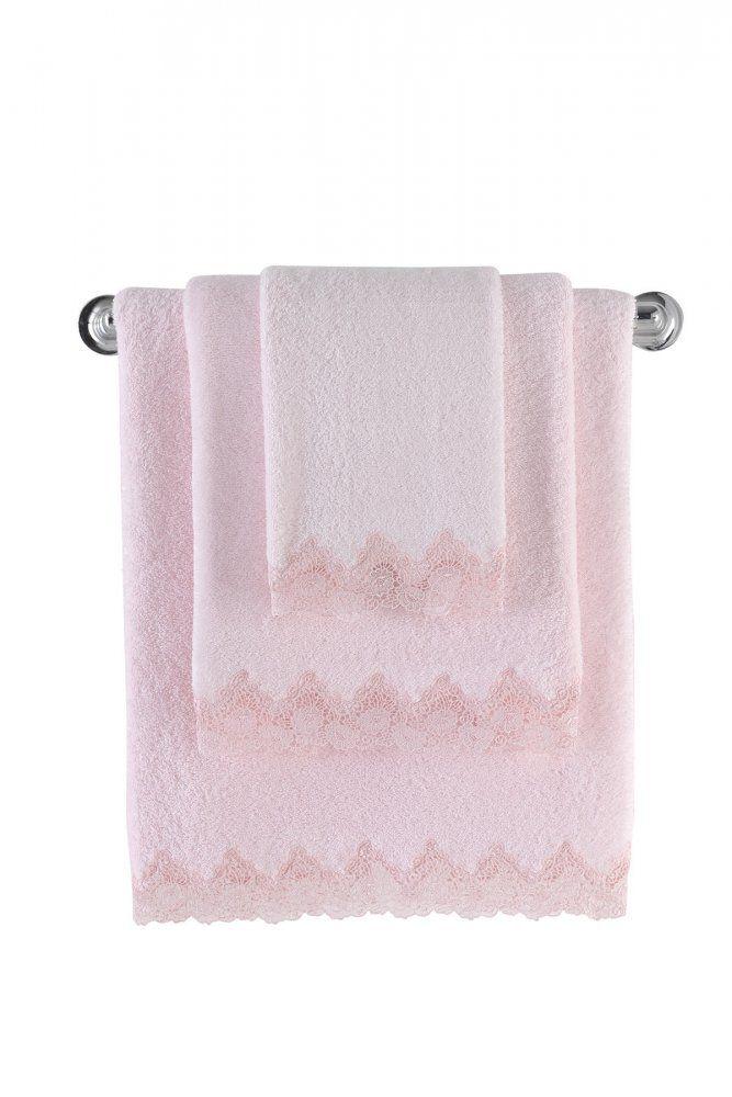 Puszysty jak pianka - taki jest romantyczny ręcznik kąpielowy ANGELIC. Jego dosłownie bajkowy design został osiągnięty poprzez zmysłowe połączenie doskonałej jakości egejskiej  bawełny z luksusowym haftem. Ale uwaga, choć ręcznik wygląda rzeczywiście jak dla księżniczki, jest to bardzo trwały produkt.