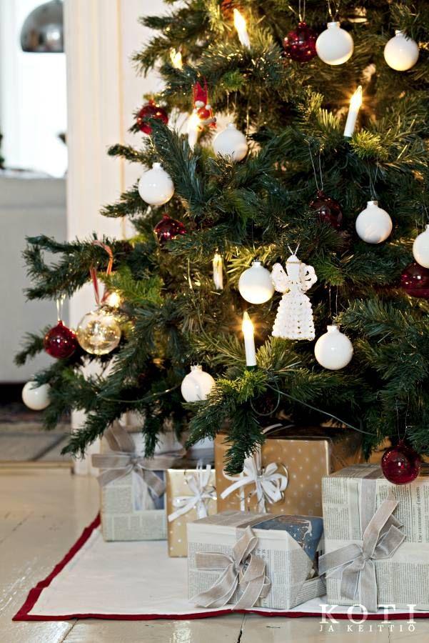 Pappila pyhäpuvussa. Kuusen koristelu muuttuu vuosittain, mutta virkattu enkeli on koristeena joka joulu. Koti ja keittiö, kuva Kirsi-Marja Savola.