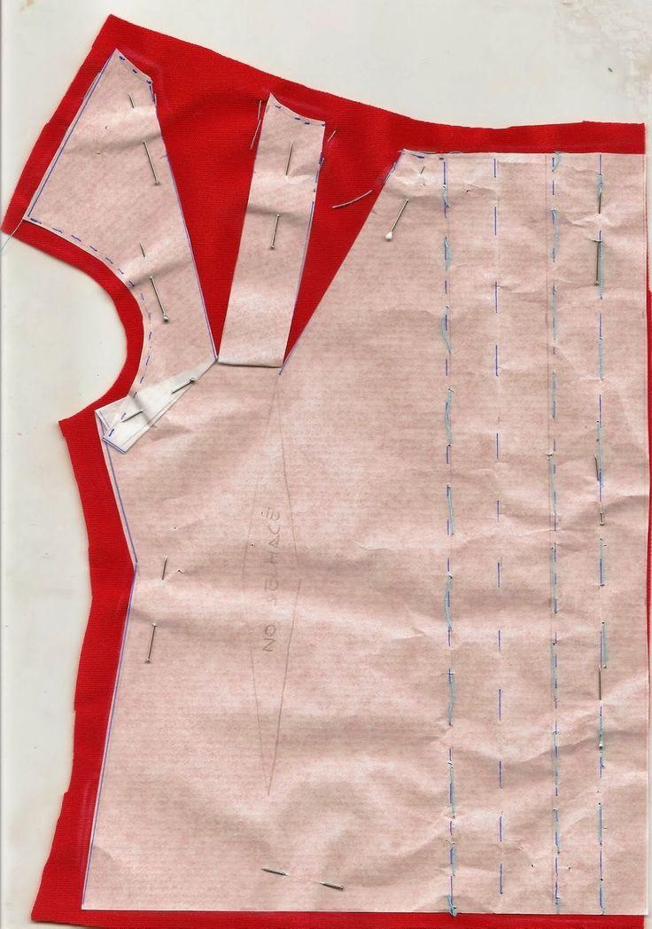 Disposición sobre la tela para frunce en el cuello