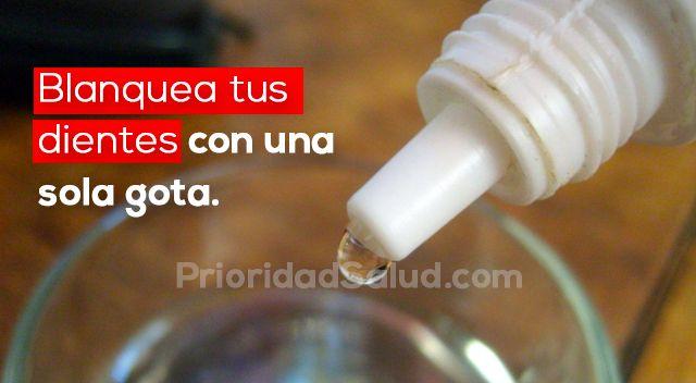 Esta sustancia natural compuesta de solo agua y oxígeno (H2O2), el peróxido de hidrógeno, mejor conocida como agua oxigenada, es capaz de eliminar el sarro de los dientes, hongos, dolor de garganta, mal aliento, etc.\r\n\r\n[ad]\r\nTodos los botiquines contienen al menos un frasco de agua oxigenada para desinfectar pequeñas heridas. Sin embargo, el uso de este producto no se limita solo a esto. El agua oxigenada puede blanquear efectivamente los dientes.\r\n\r\n\r\n\r\nAl complementarla con…
