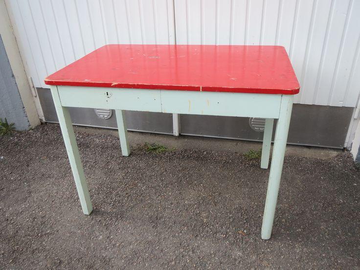 Vanha keittiönpöytä, edessä kaksi vetolaatikkoa. Pinnoissa patinaa, tukeva. Toisen laatikon pohjaan levinnyt jotain mustaa.  Pöydän alaosa on vaaleanvihreä.  Koko 100 x 65 cm, korkeus 75 cm.   80 euroa.