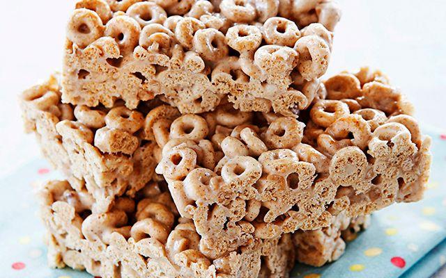 Uitgekeken op je broodje speculaaspasta en die eeuwige cornflakes? Probeer dít eens: zelfgemaakte Cheeriosrepen met kaneel. Makkelijk, lang te bewaren én: yummie!