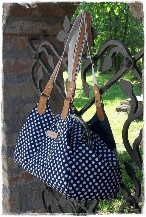Gotta táska - Íves csattal, bőr füllel, matrózkék pöttyös, Táska, Válltáska, oldaltáska, Meska