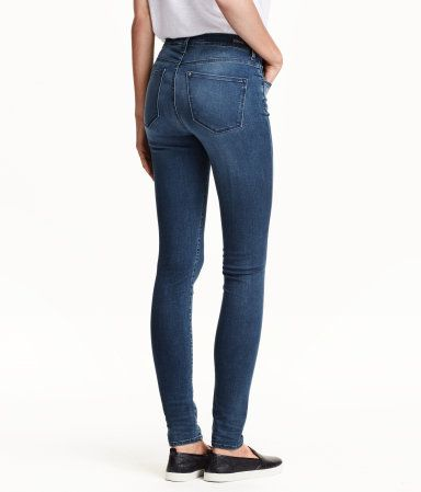 Shaping. Ett par 5-ficksjeans i tvättad denim med technical stretch som håller in och formar midja, lår och rumpa samt bevarar formen på jeansen. Jeansen har extra smala ben och hög midja.