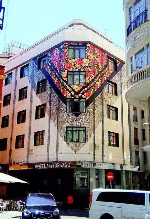 vinilo manton, fachada mayorazgo, mural mayorazgo, mural hotel madrid