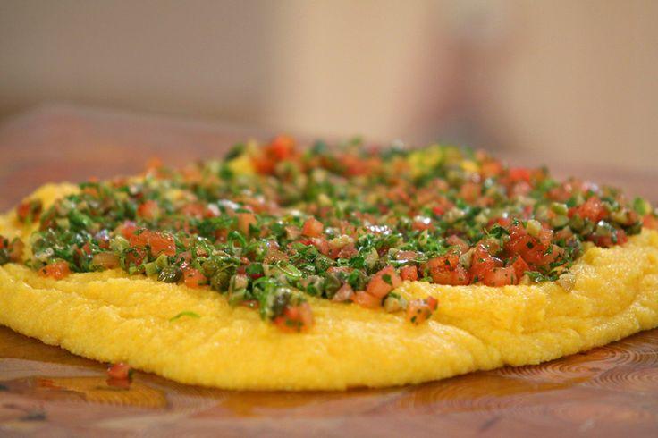Polenta:Cociná la polenta en agua hirviendo con sal durante 40 minutos. Dejá caer sobre una tabla de madera o un mármol y dejá reposar unos minutos. Salsa criolla:Mezclá en un bowl el resto de los ingredientes picados. Volcá la mezcla sobre la polenta y agregá unas gotas de aceite de oliva.