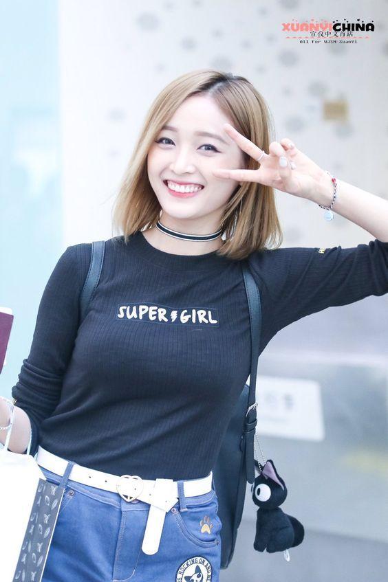 WJSN ♡ Wu XuānYí 선의 • 吳宣儀 • 우쉬안이 commute #우주소녀 #초커 #출근길 #금발머리