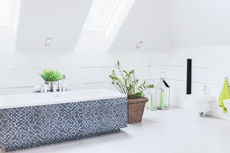 Wanna zabudowana i ozdobiona mozaiką w nowoczesnej łazience. #design #urządzanie #urząrzaniewnętrz #urządzaniewnętrza #inspiracja #inspiracje #dekoracja #dekoracje #dom #mieszkanie #pokój #aranżacje #aranżacja #aranżacjewnętrz #aranżacjawnętrz #aranżowanie #aranżowaniewnętrz #ozdoby #łazienka #łazienki #wanna #mozaika