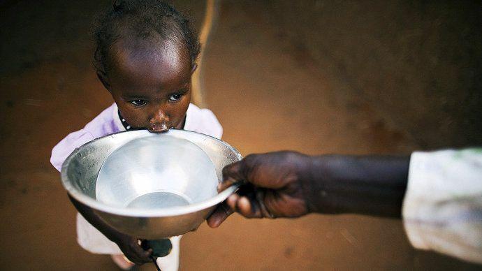 Fotografia divulgada pela missão da ONU no Sudão mostra uma criança bebendo água no campo de refugiados de Abu Shouk, em Darfur na véspera do Dia Mundial da Água(Albert Gonzalez/Unamid/EFE/VEJA) || Fotografia divulgada pela missão da ONU no Sudão mostra uma criança bebendo água no campo de refugiados de Abu Shouk, em Darfur na véspera do Dia Mundial da Água