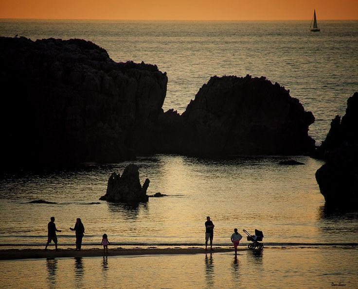Gente playa de Noja por Donibane