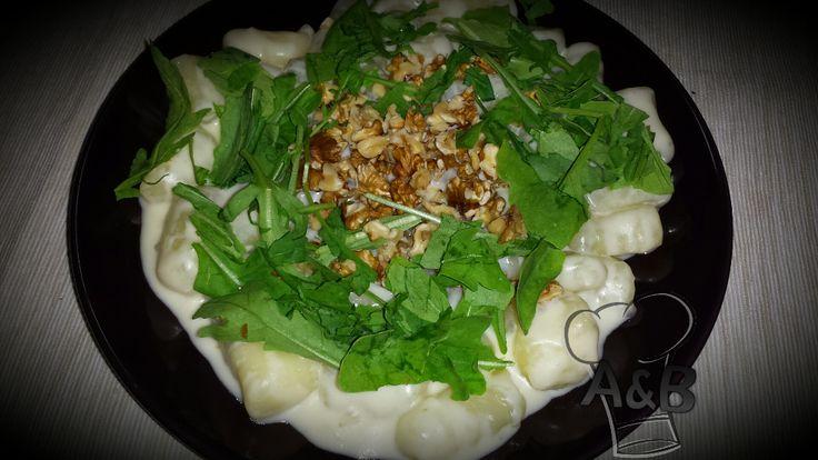 Gli Gnocchi al Taleggio con Noci e Rucola sono un classico primo piatto, molto semplice e veloce da preparare. #recipe #ricettealebea # ricette #food #vegetarian #gnocchi #patate #potatoes #rucola #taleggio #noci #halzenut