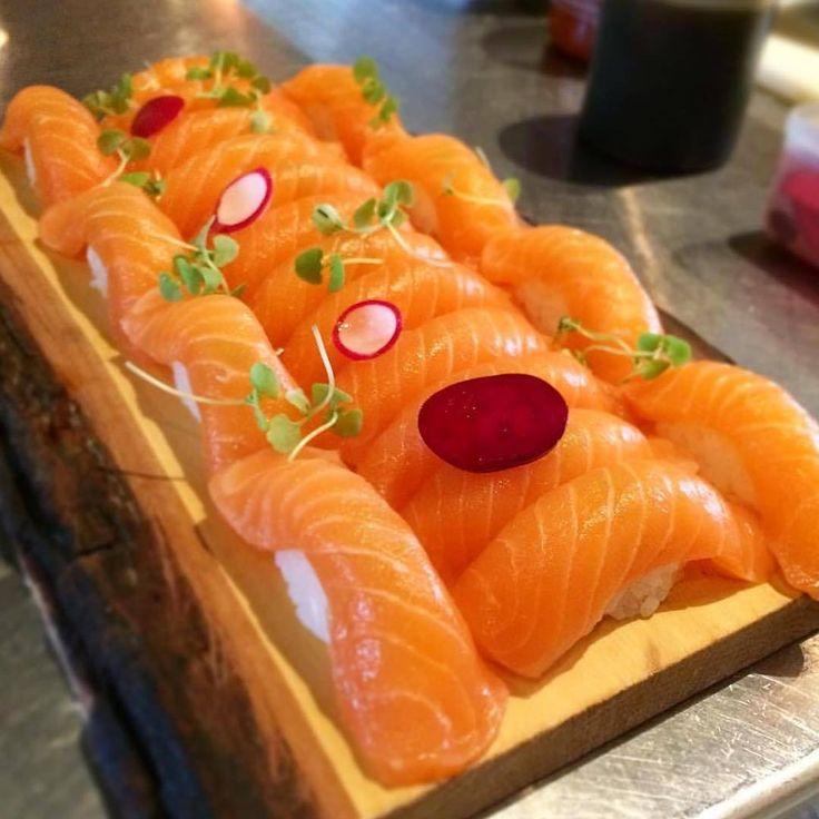 Great platter of salmon nigiri by @tonasushi