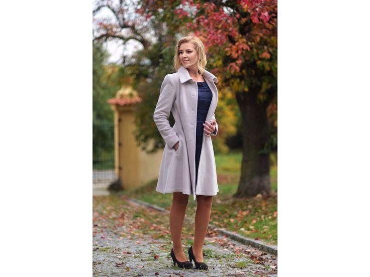 Vlněný kabát s kašmírem áčkového střihu elegantní vlněný kabát s podílem kašmíru barva šedo-růžová střih podtrhující postavu vypasovaný v pase s půlkolovou sukní kapsy v postranních švech na sukni kabát je možné objednat v 9 barvách