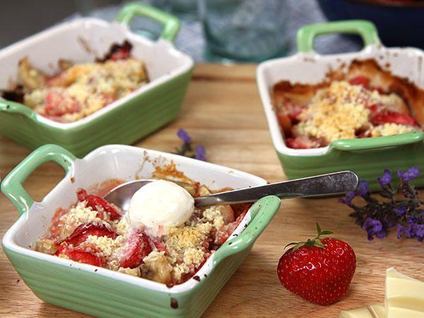 Roy Fares gino: 20 jordgubbar 2 bananer, 0,5 ananas, 4 kiwi, 2 lime. Garnering: 150 g vit choklad, 1 dl kokos. Ugn 200 grader 4-7 min