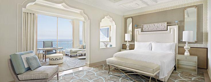 Die opulente, 84 m² große Suite verfügt über einen prächtigen Wohnbereich. Weitere Annehmlichkeiten sind ein 42-Zoll-LCD-HD-Fernseher, eine i-Dockingstation, eine Kaffeemaschine, ein King-Size-Bett, ein Schreibtisch mit WLAN sowie ein Telefon mit zwei Leitungen.