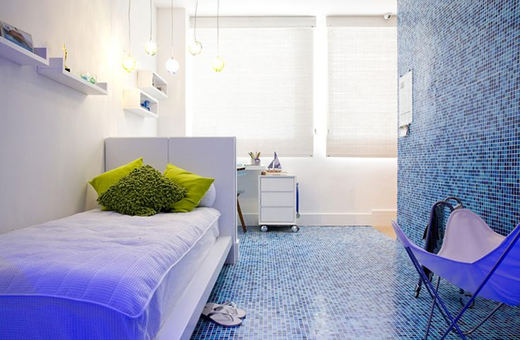 pastilha de vidro no chão do quarto