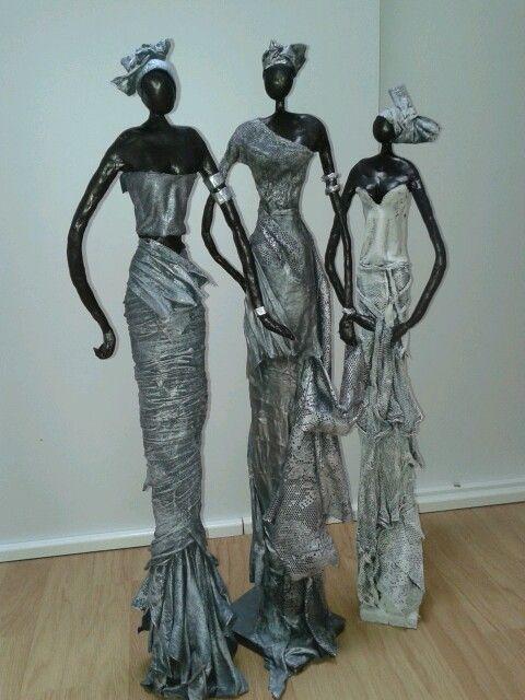 Beelden Afrikaanse vrouwen. Van klei en paverpol.