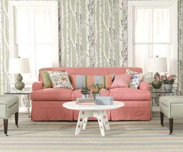 Salone con divano rosa