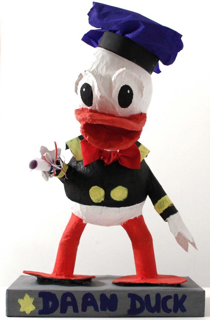 Maak Donald, Daan of bijv. Timothy Duck van papier-maché en beschilder hem met plakkaat- of acrylverf.
