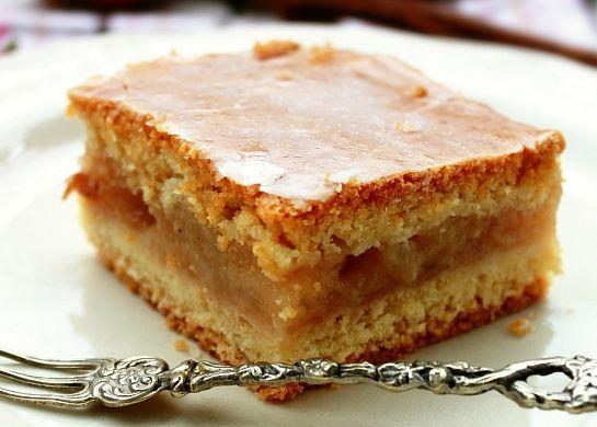 Vă prezentăm rețeta unei prăjituri foarte fragede, cu mere de sezon. Cu cât mai coapte sunt merele, cu atât mai dulce și mai aromată va ieși prăjitura.