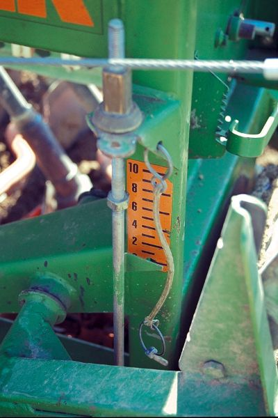 Bei Maschinensaat muss auf die richtige Einstellung der Saattiefe geachtet werden.