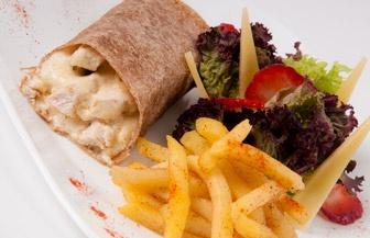 Wrap Croque Monsieur: Reconstrucción de la receta típica francesa del Croque(Pechuga de pollo con queso fundido al estilo frances)hecho por nuestro chef. Combina la cremosidad del queso emmental fundido con crema baja en grasa, acompañado de papas criollas al horno y ensalada fresca.