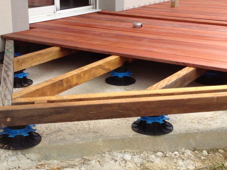 Pose et calage de terrasse sur chape béton essence de bois Padouk d'Afrique, rabotage Bois et Compagnie, sur plot réglable