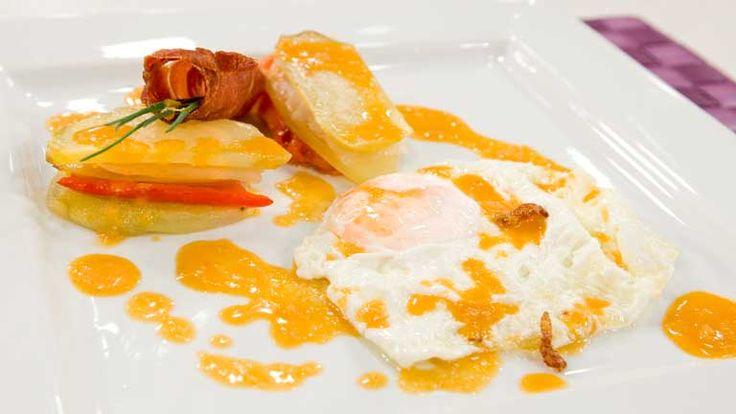 Cómo preparar Huevos fritos en salsa picante con lasaña de pimientos - RTVE.es