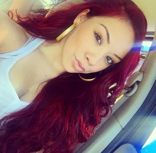 Salice rose red hair between dark and bright red