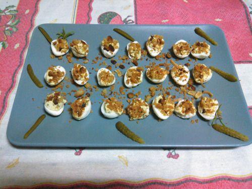 Ovos de codorniz recheados com maionese de cornichons e pangrattato. Deviled quail eggs with cornichons mayo and pangrattato.