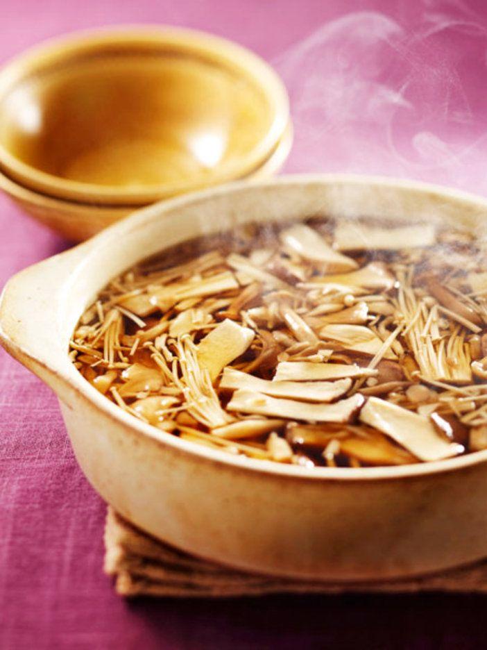 秋が旬のきのこはどの種類も「潤肺」や「補陰」といった保湿効果があるだけでなく、ビタミンも豊富でローカロリーという、何よりヘルシーな食材。同じく潤肺効果のあるいちじくを使ってコクとほのかな甘みを出した滋味たっぷりのスープ。|『ELLE a table』はおしゃれで簡単なレシピが満載!