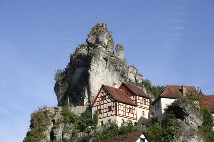 6: Fränkische Schweiz mit Pottenstein und Teufelshöhle, hier der Ort Tüchersfeld:  Die Fränkische Schweiz ist eine typische Karstlandschaft ...
