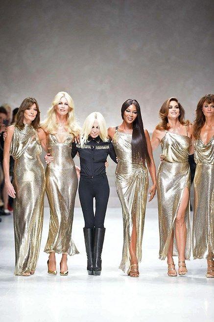 Le top model Anni 90 messe in passerella da Versace sono il fashion moment della Milano Fashion Week 2017