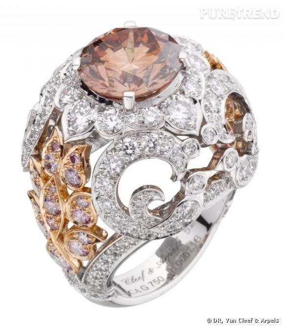 Bague Adour       1 diamant orangy pink rond de 4,04 cts, diamants roses et blancs.