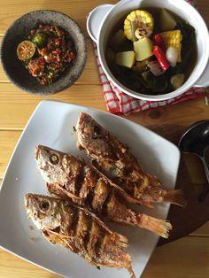 Menu kali ini adalah menu khas Jawa Barat. Saya membeli ikan laut fresh dan saya rendam dalam bumbu. Kemudian saya goreng dan saya menyajikannya dengan Sayur Asem. Sayur asem setahu saya ada 2 macam. Yang pertama bumbunya ditumbuk dan berikut seperti dalam resep saya ini, bumbunya dibiarkan utuh sehingga kuahnya bening. Untuk melengkapi, kita bisa…