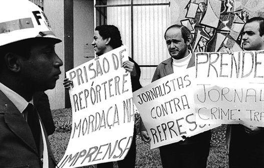 A ditadura militar no Brasil - São Paulo, 23 de outubro de 1968 Protesto do Movimento Estudantil e de pessoas ligadas a imprensa contra a repressão e censura realizada durante a ditadura militar, meses antes da aprovação do AI-5 (Ato Institucional nº 5), que dava amplos poderes ao marechal-presidente Artur da Costa e Silva