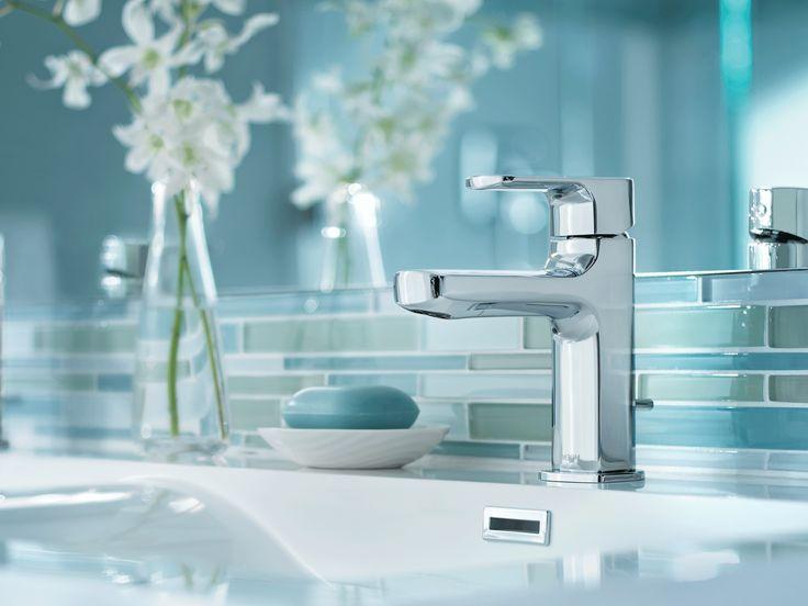 Robinet de salle de bain chrome à monocommande à petite arche.