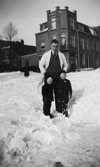 De strenge winter van 1942. Slager Piet met zijn 2 zonen Géke († 1945) en Albert. Hoek Dommer van Poldersveldtweg en Fortstraat.