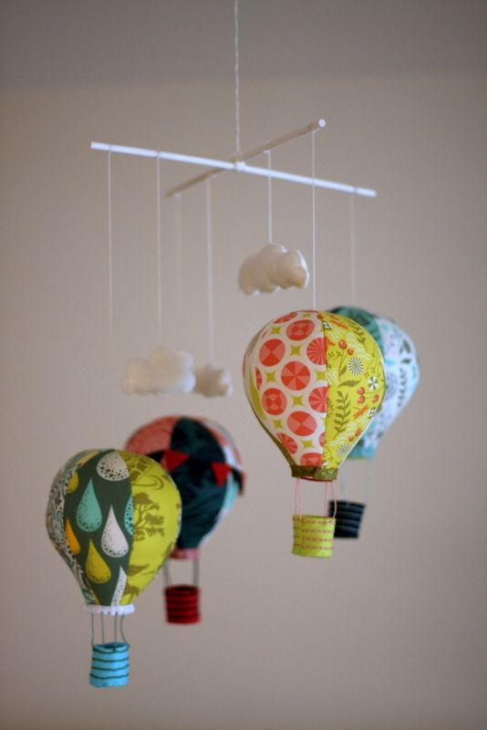 Rag a Muffin - Hot air balloon mobile, with Tula Pink's Prince Charming fabric.  Para que nuestros niños soñen con exóticos viajes.