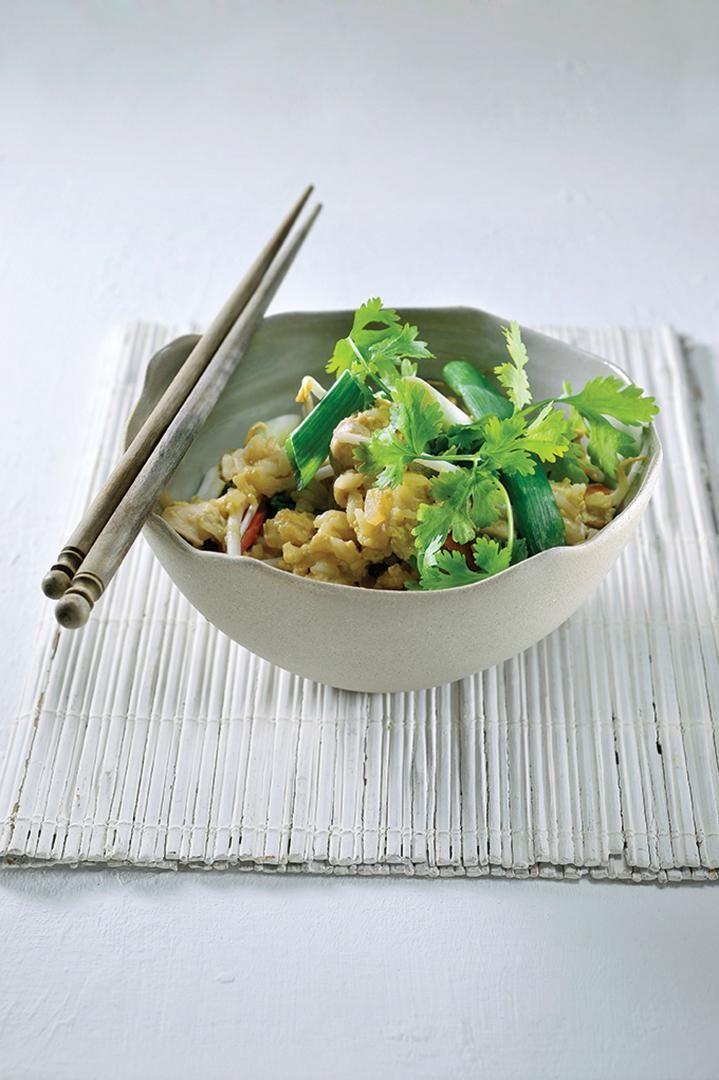 Bereiden: Was de rijst 3 maal en zet op met dubbel zoveel licht gezouten water. Draai het vuur lager zodra het water kookt en laat op 20 minuten sudderen. Doe arachideolie in een hete wok. Voeg de look en het witte deel van de lenteui toe. Doe de kip erbij en voeg de wortelen, ui en gekookte rijst toe. Doe de losgeklopte eieren erbij en roer goed tot de eieren gestold zijn. Kruid met een snuifje zout, de suiker en de vissaus. Doe de sojascheuten en de helft van het groene deel van de…